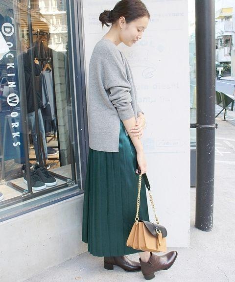 シルクサテンプリーツスカート  シルク素材のプリーツスカート。 ざっくりニットと合わせれば今年らしい装いに。