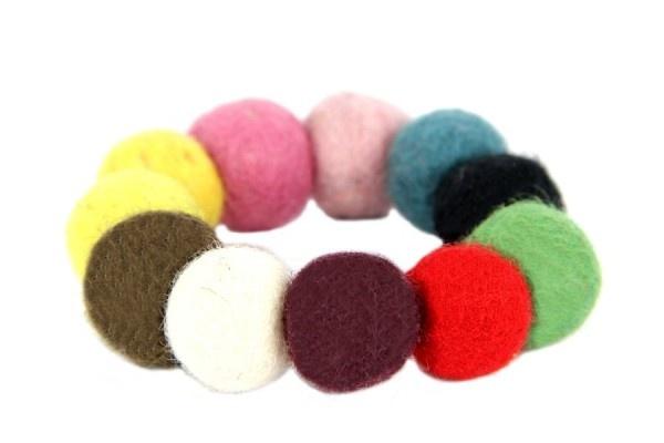 Un bracelet en laine doux et coloré