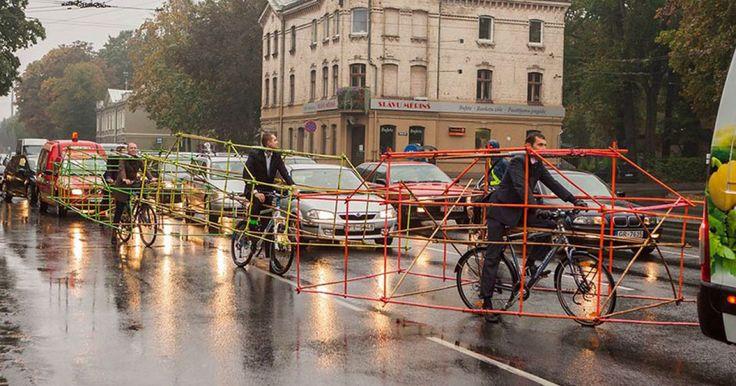Unas personas en Letonia para celebrar el Día Internacional Sin Automóvil, que fue el 22 de Septiembre, decidieron demostrar de una manera bastante inteligente cuanto espacio ahorran las bicicletas en las calles, si las comparamos con un carro. Ellos forman parte de la organización Let's Bike It y disfrazaron sus bicicletas como automóviles para hacer valer su punto y demostrar la eficiencia de las bicicletas. Les parece rídiculo cuanto espacio puede tomar una sola persona que utiliza el…