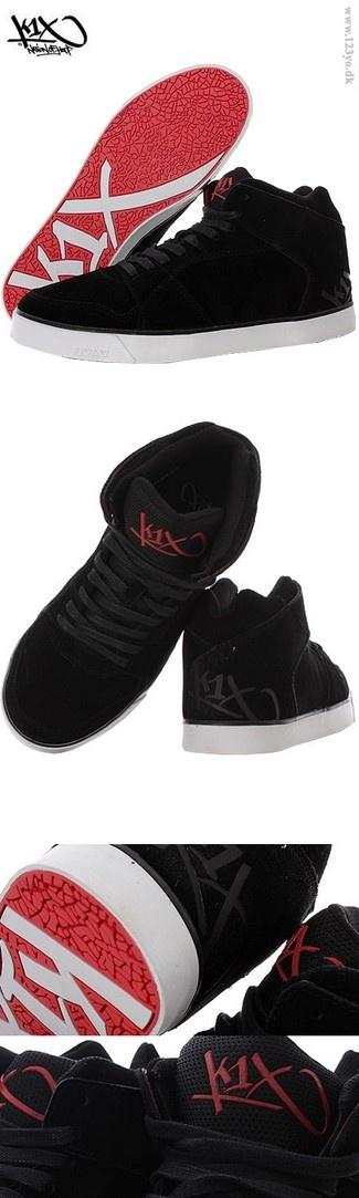 K1X høj top sko i sort farve. Rigtig fed sneaker-ydersål i rød farve med K1X logo på.  Se mere i vores online street wear og hip hop butik http://www.123yo.dk/shop/globe-sko-tilt-1132556p.html