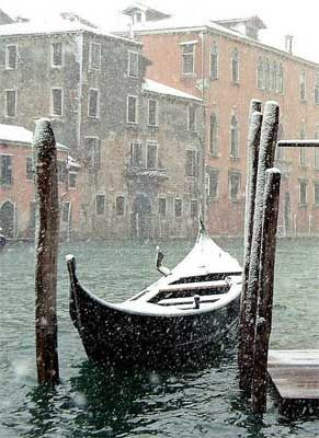 Venice in the snow. can you not just love it. Bucket list to spend christmas in Italy