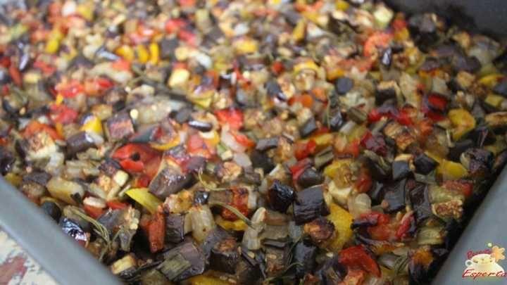 Hoje ensino a receita de uma CAPONATA, este que é um prato tradicionalmente italiano, feito a base de berinjela, cebola, tomate e bastante azeite.