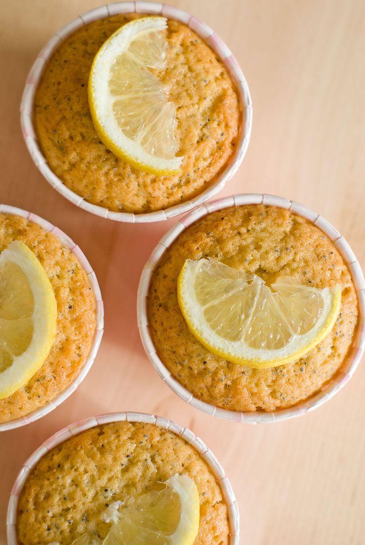 Une recette saine et fruitée, le cake citron-pavot décliné en petits muffins. Rapides à réaliser, ils sont moelleux et croquants grâce aux graines de pavot.