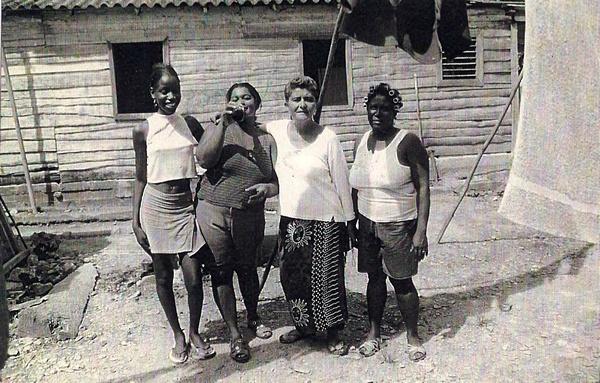 Cuba. Entronque de Herradura. Conversando
