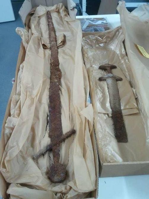 Vainajalla oli mukanaan muun muassa päällekkäin asetetut miekat, joista vasemmanpuoleinen on ristiretkiaikainen, kiekkopontinen miekka, ja o...