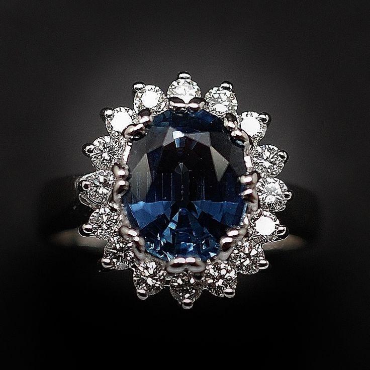 """à vendre : 1900€ Bague Saphir Siam 3,36 Cts + Diamants 0.68 Cts, Or gris 18k.  Bague entourage en or gris 18 k  sertie en son centre sur griffes  d'un saphir Siam de 3,36 cts  ,  et de diamants taille""""brillant""""  poids total des diamants : 0.68 ct , qualité G/VS Dimensions de la bague :  15 mm x 14 mm  Taille de doigt 57  Poids brut : 8.20 grammes  Vendue avec facture  Mise à Taille gratuite"""