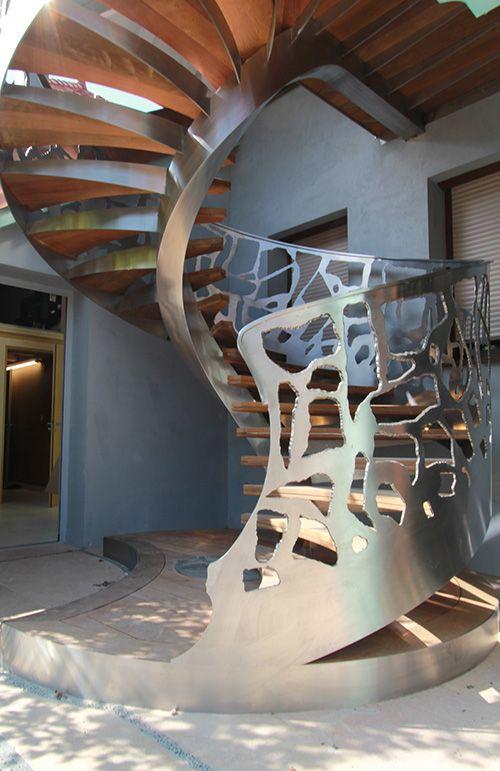 Escalier en inox, marches en bois Ipé, limon déporté. Cet escalier d'extérieur d'exception signe l'entrée de la villa.