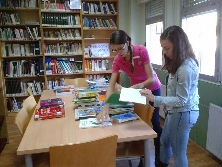 GRUPO DE VOLUNTARIOS DE LA BIBLIOTECA. Un grupo de alumnos de 2º ESO A colabora de forma voluntaria en las labores de la biblioteca, principalmente en reordenación, control de morosos, etc.