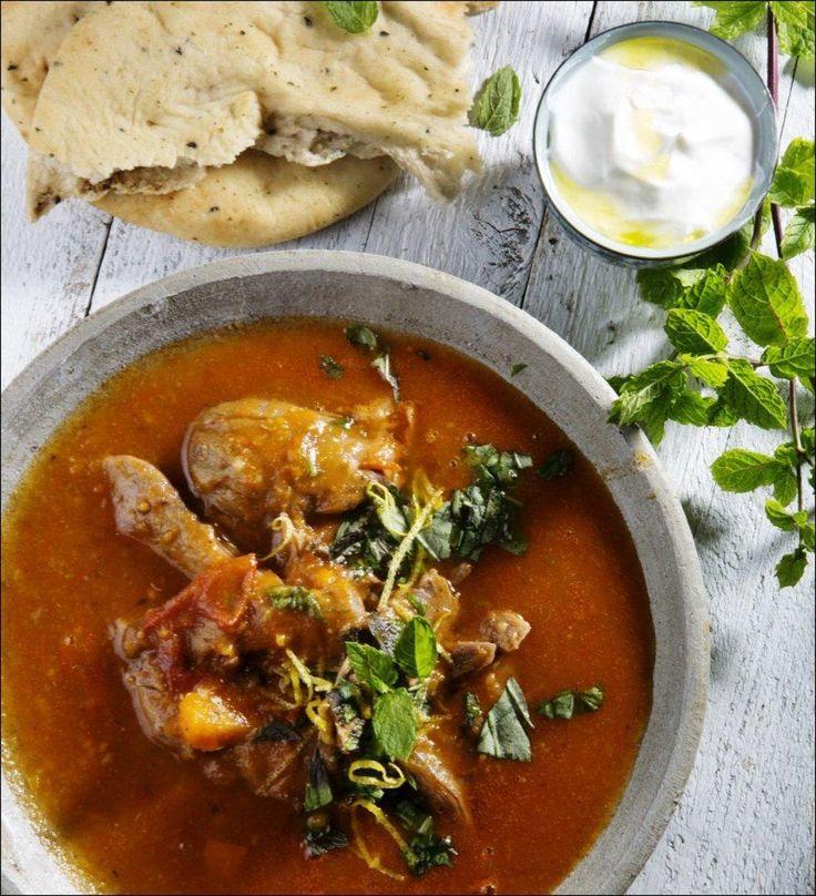 Lammeskankene syder i gryten i flere timer, og etter hvert blir kjøttet mørt og saftig. Vinen spiller selvsagt en viktig rolle for smaken på kraften, men foretrekker du heller å nyte vinen i glasset, kan du erstatte noe av den med vann.  I denne gryten, som er en marokkansk-inspirert lammegryte med «varme» krydder, plukkes kjøttet fra bena og legges tilbake i sausen.
