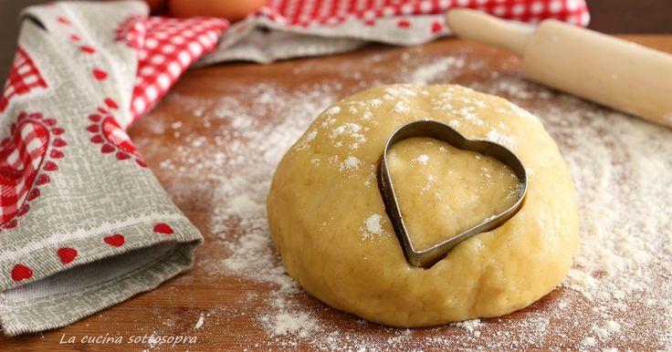 La pasta frolla all'olio è un'utilissima ricetta base per chi, per un motivo o per un altro, vuole evitare l'utilizzo del burro nelle preparazioni dolci.
