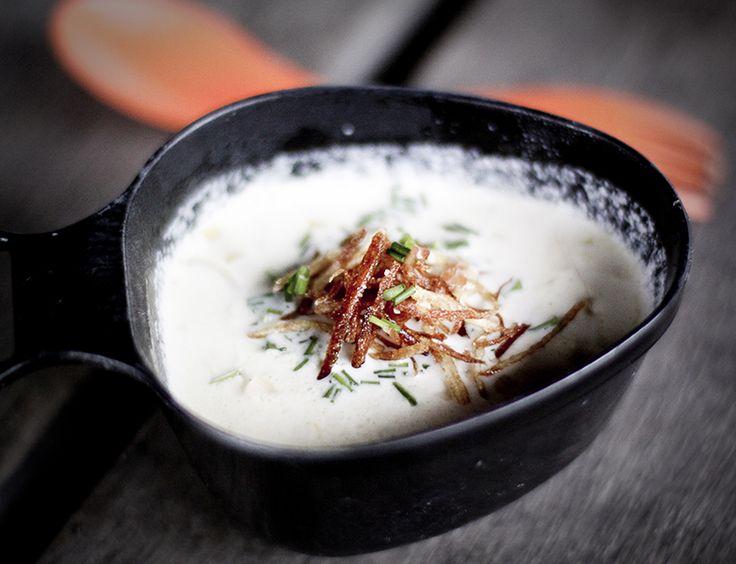 Kartoffel-porre bålsuppe med purløg og friteret kartoffel