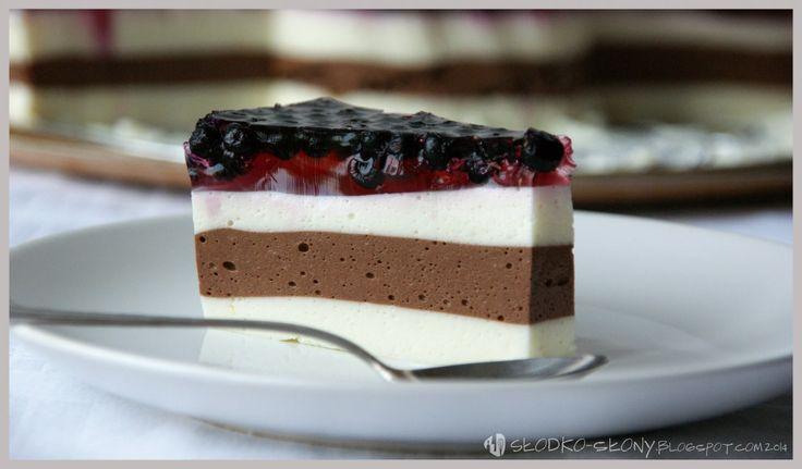 Pyszne, lekkie ciasto ze śmietany z owocami sezonowymi i galaretką.