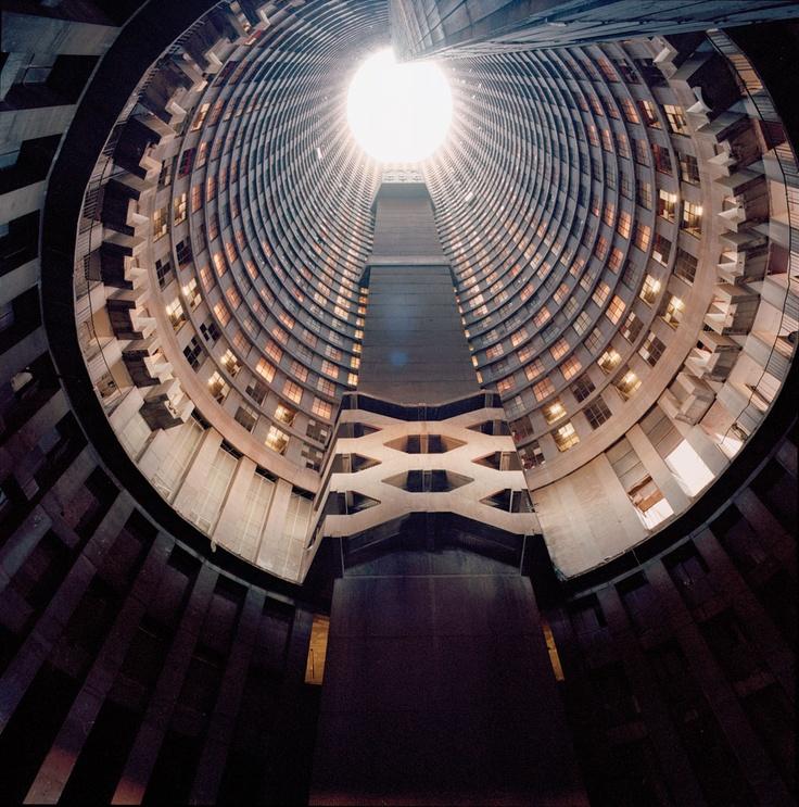 【画像あり】南アフリカ「ヨハネス ポンテタワー」 治安悪すぎて、最上階に一人でたどり着くのは不可能と言われている