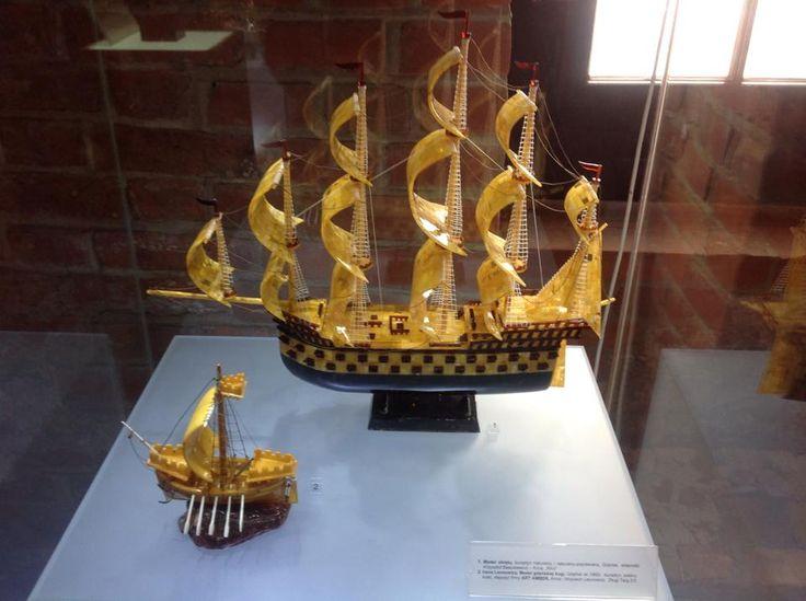 Z morzem kojarzą się statki. W wersji minimalistycznej, statek wykonany ze złotego bursztynu.