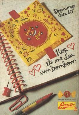 """Serenata de Amor (1990). Um hábito comum nos anos 80 e 90 era a garota ter uma agenda (ou diário) e enchê-lo de """"recordações"""" (papéis de carta, embalagem de bala, ingresso de algum show,  etc). Essa propaganda do bombom Serenata de Amor retrata bem o costume."""