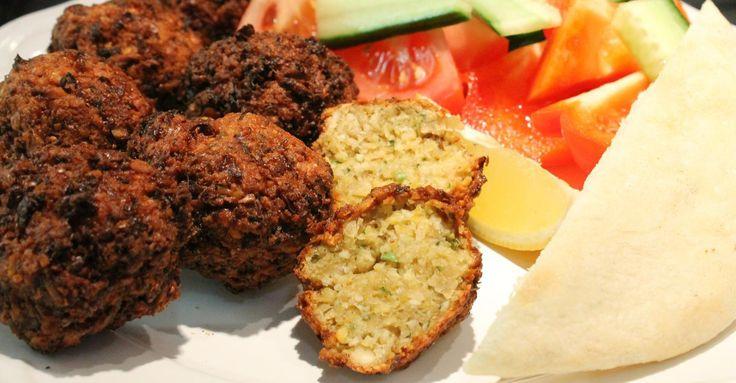 A falafel (vagy csicseriborsó fasírt) az egyik legismertebb közel-keleti étel. Hogyan tudod otthon elkészíteni? Falafel recept, falafel készítése.