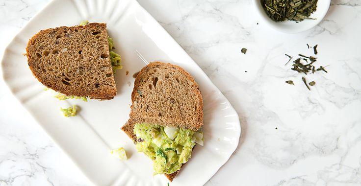 Colazione sana: sandwich con insalata di uova e avocado senza maionese