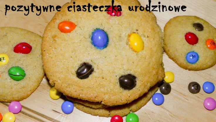 Ciasteczka urodzinowe, które pokocha każde dziecko. Szykuje się je w kilkadziesiąt minut (łącznie z pieczeniem), a wrażenie pozostaje na długi czas. Pozytywne, bo z kolorowymi, uwielbianymi przez d…