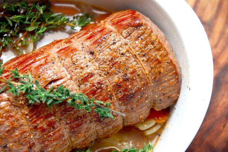 Er der noget bedre end en langtidsstegt roastbeef i ovn? Her er opskriften på hvordan du steger en roastbeef i seks timer, og med denne metode bliver kødet aldrig tørt.  Langtidsstegt roastbeef er meget nemt at