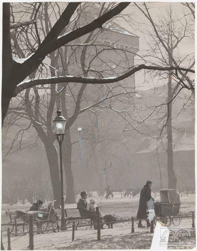 Leniwy dzień na Plantach, z Bramą Floriańską w tle. 1937 rok, Agencja Fotograficzna Światowid, wł. MHK.