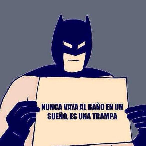 """Sonar En Un Baño Orinando:Advertencia: """"Nunca vaya al baño en un sueño, es una trampa"""" -Batman"""