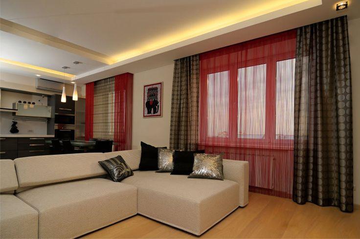 красные шторы нити в гостиной на окнах