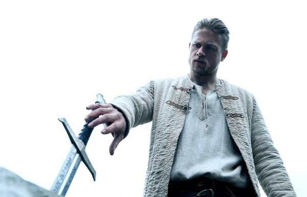 Charlie Hunnam and Excalibur - King Arthur di Guy Ritchie