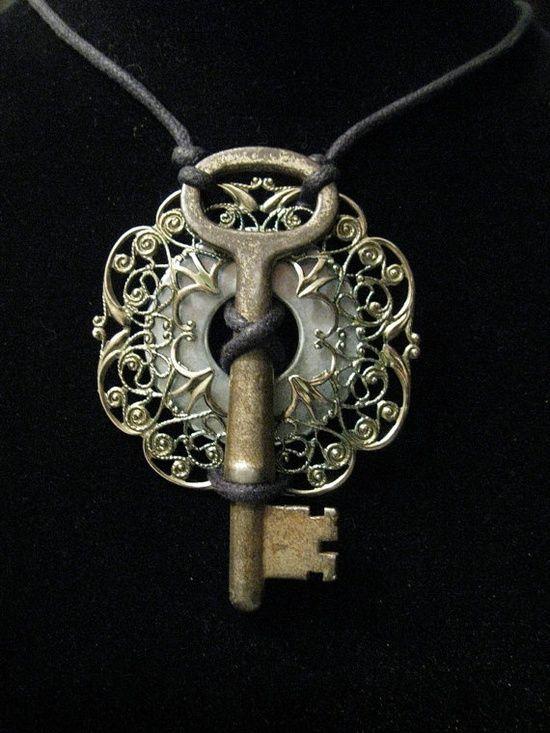 pendentif clé + morceau de broche