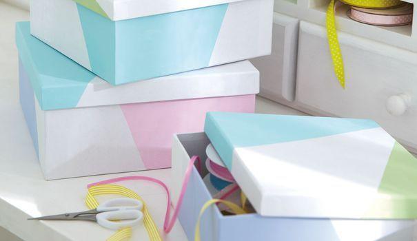 Les boîtes à chaussures s'accumulent chez vous ? Voici une bonne idée pour vous : les repeindre pour les transformer en petits rangements graphiques et déco ? Suivez le guide du DIY, et votre boîte en carton n'aura jamais été aussi stylée !