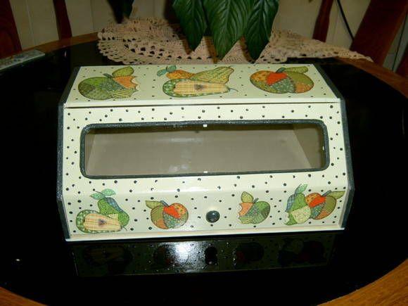 Em mdf, ideal para guardar pão, biscoitos, bolos e ainda enfeitar sua cozinha. Porta garagem, que facilita o manuseio. Posso fazer em outra e tema R$ 65,00