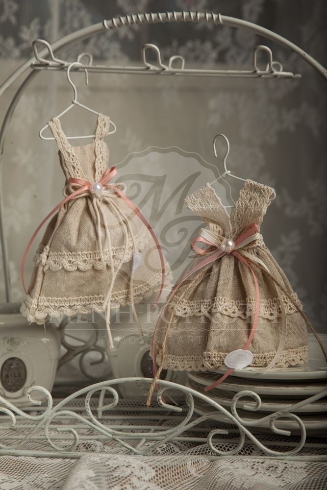 Μπομπονιέρες βάπτισης για κορίτσι υφασμάτινα φορέματα με βαμβακερή δαντέλα, κορδέλες και περλίτσα στη μέση