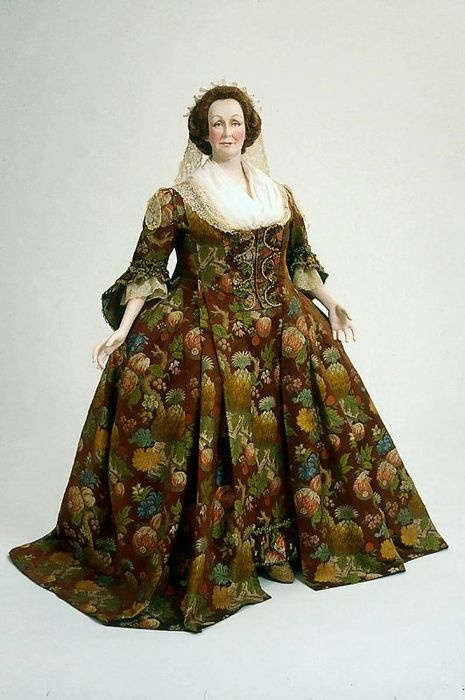 Morning dress, 1740 (with later alterations), MFA Boston.  Clearly, not all of the people in the colonies were small and undernourished.