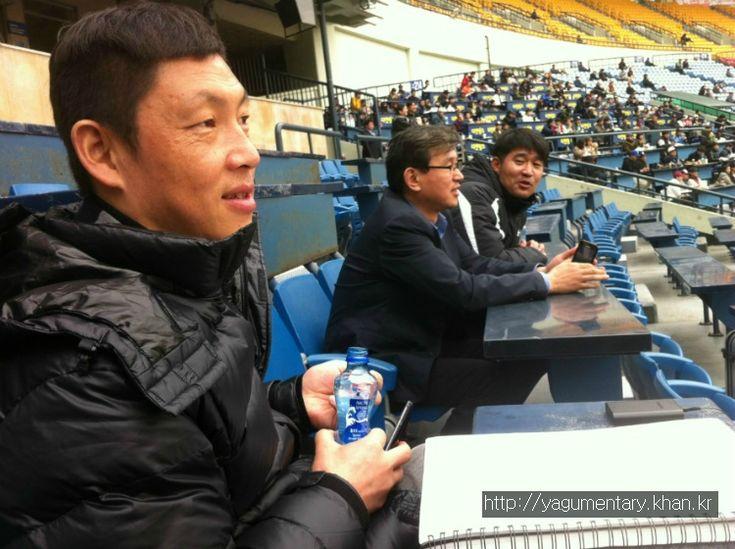 [이용균의 '야구멘터리'] 야구장 밖 두 명의 루키…김정준, 이숭용 http://yagumentary.khan.kr/106 야구를 보는 재미는, 시즌이 기다려지는 이유는, 단언컨대, '루키'들 때문이다. 내가 응원하는 팀에 새로 가세한 루키들이 얼마나 활약을 해 줄지 기대하는 마음은 봄을 기다리는, 얼른 꽃을 피우기 원하는 꽃망울 만큼 크다.