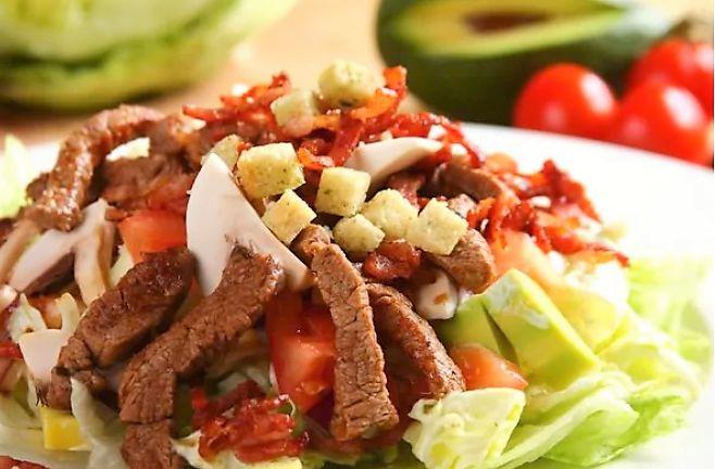 Техасский салат отлично подходит в качестве закуски или основного блюда. В состав салата входит не только мясо, но и сочные фрукты, овощи и хрустящий хлеб. Используйте говядину - предпочтительно филе или ростбиф. Одним из ингредиентов является авокадо. При выбор�