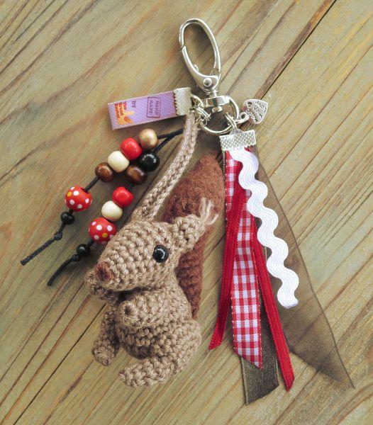 Tamigurumi: Bag charm squirrel (free pattern)