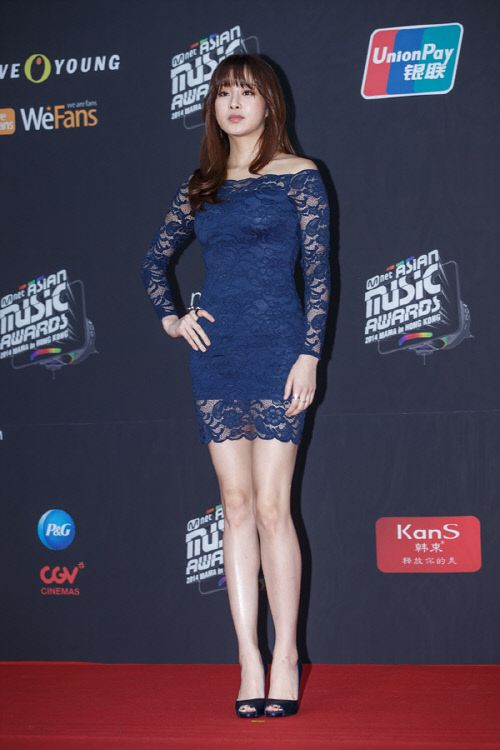 Kang Sora rocks a $30 H&M dress at 2014 MAMA red carpet