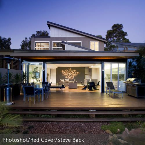 Überdachte Terrasse vor modernem Design-Haus.
