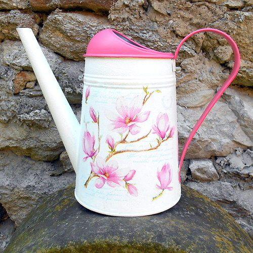 Konvička s květem magnolie