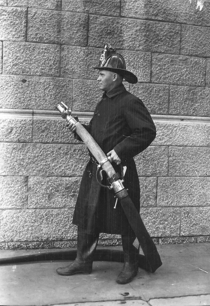 Pompier tenant un tuyau d'incendie