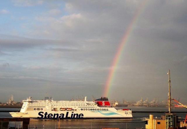 De Stena Line is wel erg milieuvriendelijk bezig:  de STENA HOLLANDICA nu in plaats van zwarte rook een kleurige regenboog uit te spuwen http://koopvaardij.blogspot.nl/2016/04/milieuvriendelijk.html