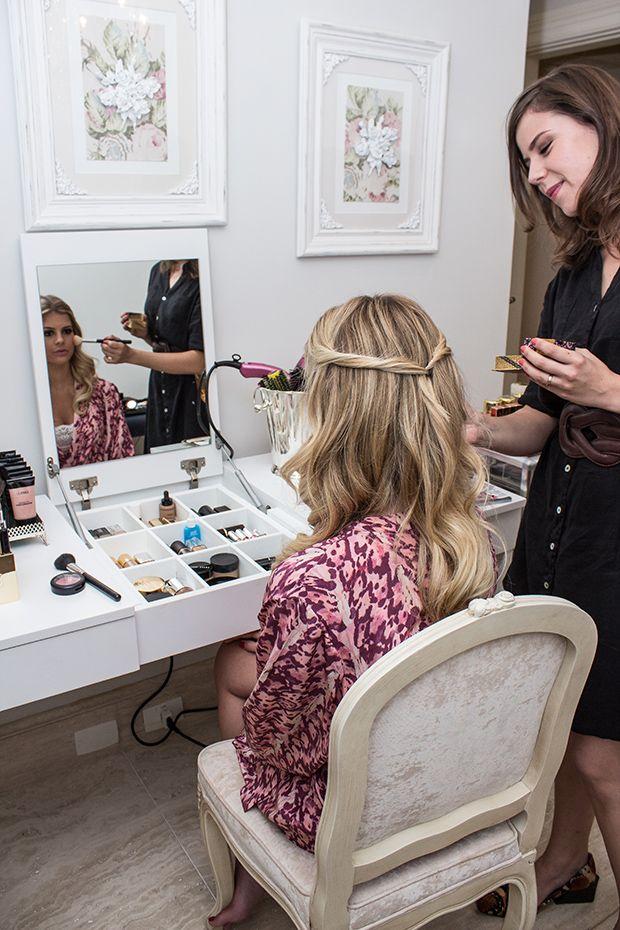 Organização maquiagem e espelho embutido na tampa.