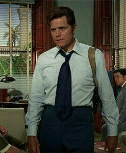 JUST HOW DID HIS SHOULDER HOLSTER STAY ON? JACK LORD - MCGARRETT. - HAWAII FIVE O 1968 - 1980. R.I.P.