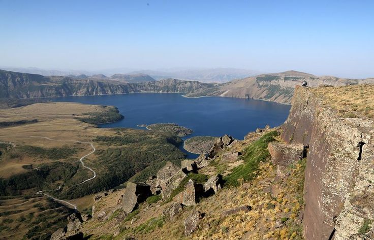 Nemrut Krater Gölü'ne ilgi artıyor.  Dünyanın en büyük ikinci krater gölü olan Nemrut Krater Gölü, doğal güzelliğiyle yerli ve yabancı turistlerin ilgisini çekiyor. Özellikle yaz aylarında dağcılık alanında faaliyet gösteren grupların kamp ve tırmanış eğitimlerinde sıklıkla tercih ettiği bölge, eşsiz güzelliğiyle görenleri hayran bırakıyor