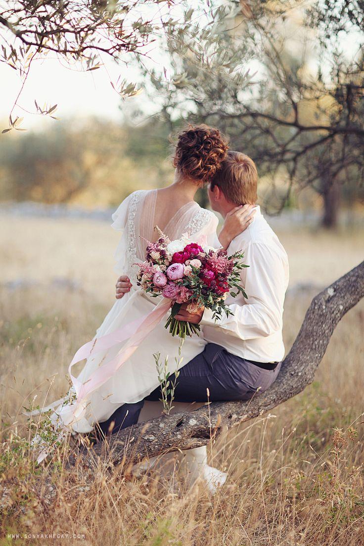 Belle photo des mariés qui regardent l'horizon