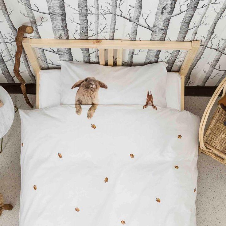 Sjovt og lækkert sengesæt fra Hollandske Snurk. Furry Friends er det sødeste og lækkerste sengesæt. Med disse to bløde venner ved din side vil du aldrig føle dig alene i sengen. Eller sulten fordi de har samlet nok nødder til dig så du kan komme igennem en lang vinter søvn.