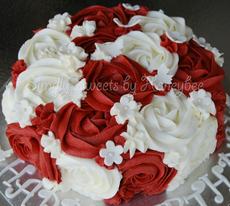 Red & White Rose Swirl Cake aka Queen of Hearts Cake - simplysweetsbyhoneybee.com. ❤CQ #valentinesday #sweets #hearts