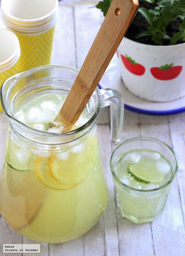 Receta americana de limonada casera. Cómo hacer una limonada casera perfecta para refrescar en verano. Limonada casera sin azúcar en el fondo de la jarra