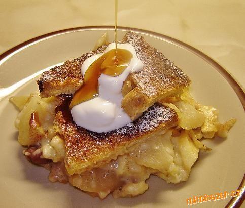 Jablečná žemlovka s vanilkovým pudinkem