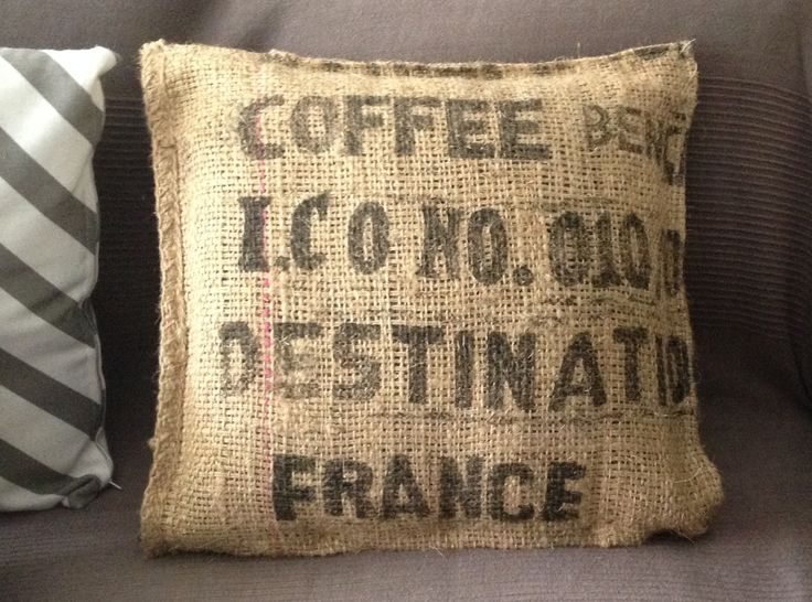 Housse de coussin fait avec un ancien sac de transport de grain de café déniché dans un vide grenier
