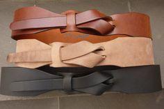 Este es nuestro Safari Outback Taupe de la banda MUSE en un ancho de 2 pulgadas/5 cm. Nuestro diseño único irá bien alrededor de una blusa o vestido. Apelando a una mujer que tiene un deseo para algo exclusivo. Sencillo y confortable debido a su característica hebilla menos distinta. Todo hecho a mano. Cuero curtido vegetal de alta calidad.  Ancho: 2 o 5 cm >>>>>>>>>>>>>>>>>>>>> Tallas: